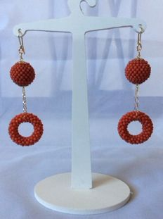Woven earrings, with micro beads of Mediterranean red coral – 18 kt yellow gold
