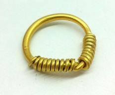 "Medieval period - Viking gold twisted ring with ""Knot"" bezel  - 16 mm. 2.79 grams"