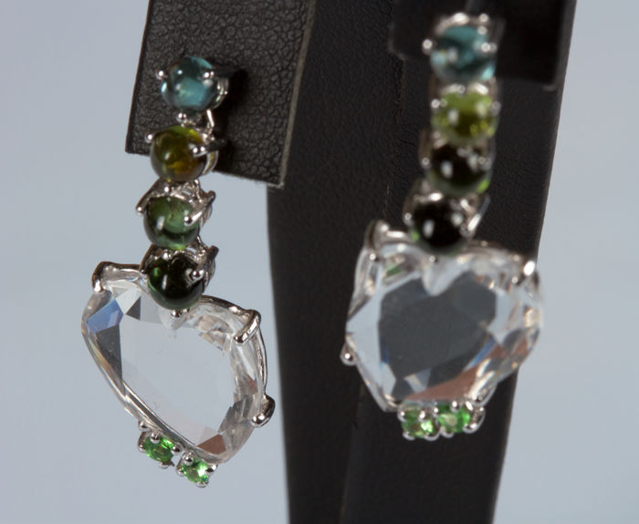 Heart-shaped dangle earrings in 18 kt white gold with rock crystal, tourmaline and emeralds, 3.5 cm