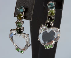 Heart-shaped dangle earrings in 18 kt white gold with hyaline quartz, tourmaline and emeralds, 3.5 cm