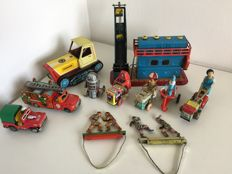 Turkey / CSSR / Hungary / USSR / China / Korea - several  lengths - Lot with 11 tin vehicles / figures with friction / clockwork motor or hand mechanics, 1970s/90s