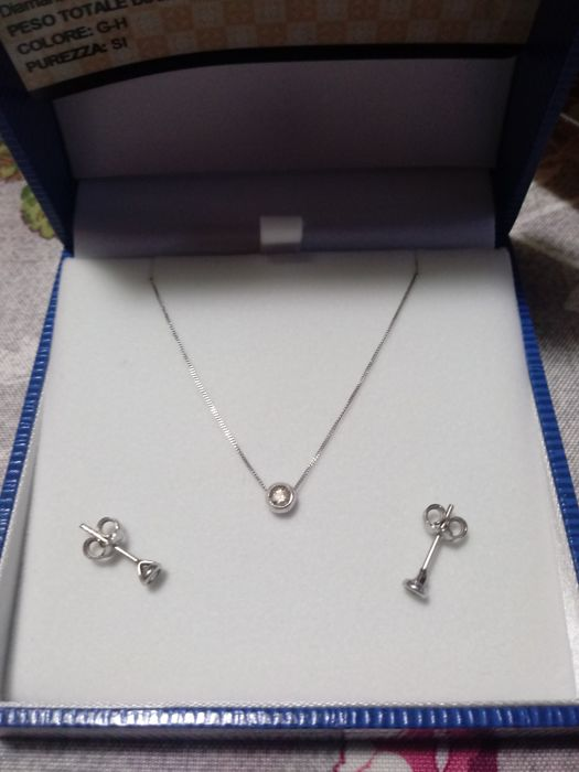 Complete set including necklace with pendant and earrings in 750/1000 white gold with white diamonds (0.4 ct). Necklace length: 40 cm.