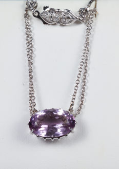 Necklace – 18 kt white gold with amethyst pendant and clasp with diamond, 0.04 ct – 48 cm.