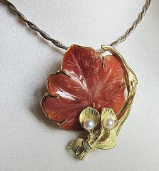 18 kt yellow gold pendant with leaf-shaped rhodochrosite stone
