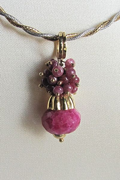 18 kt yellow gold pendant with corundum root – length: 3.8 mm