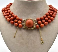 Antique precious coral necklace with a 14 kt gold clasp and with a large coral