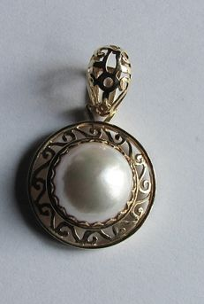 Pendant with Mabe pearl, diameter 15 mm – 18 kt gold