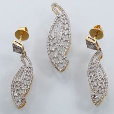 IGI Certified Gold set with 4.12 ct Diamonds- Pendant with matching long earring in 14 kt yellow gold