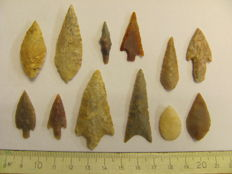 12 x Neolithic arrowheads - 28/48 mm (12)