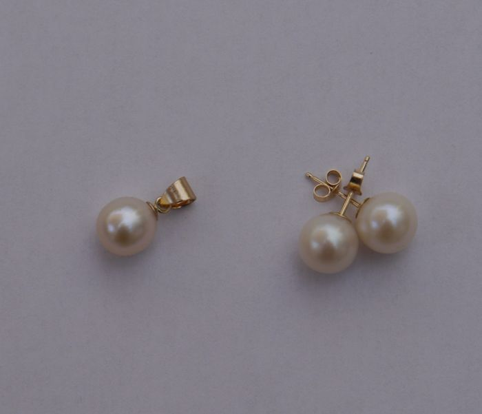 Pendant and earrings in 14 kt gold, with cultivated pearls (8 mm).