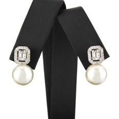 750/18 kt white gold - Earrings – Brilliant-cut and baguette-cut diamonds – Australian South Sea pearls measuring 10.25 mm - Earring height: 18.85 mm (approx.)