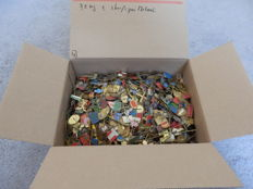 Huge collection Metal pins in plastic container, about 3.2 kg. Approx. 1600 - 1700 pieces.