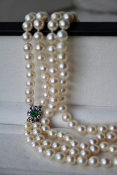 2- row necklace with genuine sea/salty Japanese Akoya high quality round pearls and clasp with beautiful Colombian Emerald surround by brilliant cut diamonds H/VVS2. Excellent state.