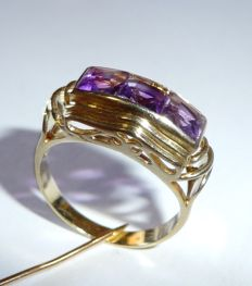 Ring made from 14 kt / 585 gold with three amethysts in carrée cut transverse on the finger