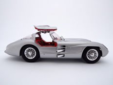 Maisto - Scale 1/18 - 1955 Mercedes Benz 300 SLR 'Uhlenhaut coupe' with Gull-wing door