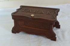 Wooden tobacco box with 3 tobacco pipes.