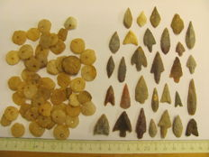 52 x archaeological beads 8/18 mm and 30x Neolithic arrowheads - 17/41 cm (82)