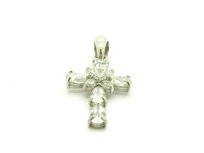 Cross-shaped pendant, 18 kt white gold with zircon gemstones – Approximately 26 x 14 mm.