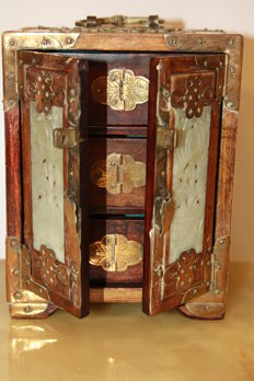 Wooden jewellery box, 20 cm high, with hardstone inlay - China - around 1960