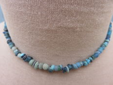 Roman empire - Roman necklace with blue / green iridescent glass beads - 40 cm.