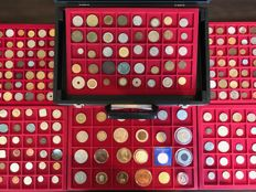 World – Batch of various coins, including antique ones (261 pieces) in 6 coin tableaus + coin case including silver