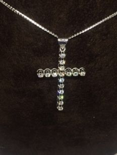 Necklace in 18 kt gold and cross-shaped pendant with diamonds totalling 0.60 ct – Length: 50 cm