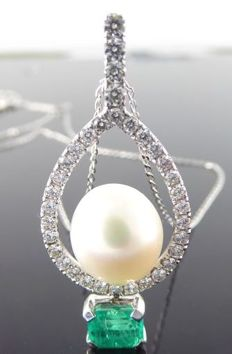 Handmade pendant set with an exclusive gold-coloured South Sea pearl and an intensely green emerald of 0.50 ct and cut diamonds, 0.50 ct in total – comes with jewellery certificate