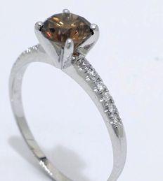 14 kt gold ring with an intense fancy cognac colour diamond, 0.60 ct – size 54