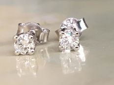 Pair of 18 kt white gold, solitaire diamond ear studs with approx. 0.26 ct of brilliant cut diamonds, G/VS - in new condition.