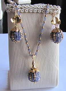 Parure (set) – 18 kt gold – Made up of necklace and earrings with iolite gemstones – Necklace 45.5 cm + pendant 3 cm – Earrings, 3.5 cm in length.