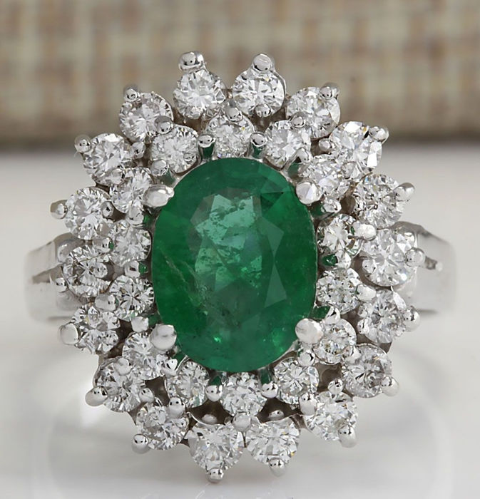 18 Kt Solid White Gold Ring with 1.70 carats of natural emerald and 32 brilliant diamonds - Unworn