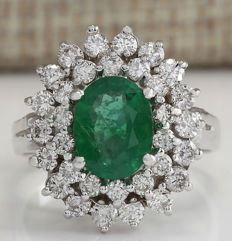 18 Kt Solid White Gold Ring with 1.80 carats of natural emerald and 32 brilliant diamonds - Unworn - No Reserve