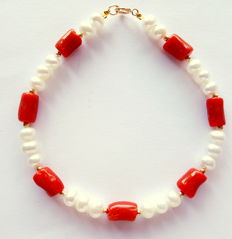 Bracelet with red coral beads, fresh water cultured pearls, with 585 yellow gold clasp and dividing pearls, length: 20 cm