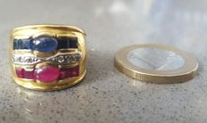 18 kt gold – Ring with rubies, sapphires and diamonds – Size 18