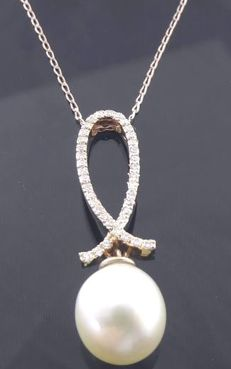 Rose gold pendant set with a South Sea pearl, 8.42 mm in diameter and diamonds, 0.30 ct in total.