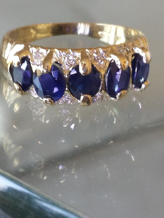 18 kt gold ring with total of 1.90 ct sapphires and diamonds