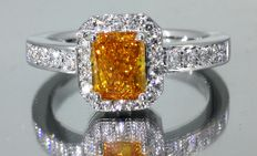 18 kt white gold ring with an intense fancy deep yellow orange coloured diamond, 0.75 ct and brilliant cut diamonds, 0.50 ct –  size 51.