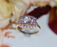 Vintage white Gold ring with a natural light purple Amethist of approx. 1.80ct enchanted with 2 small brilliant cut Diamonds (H/VS1) on the sides in an excellent condition.