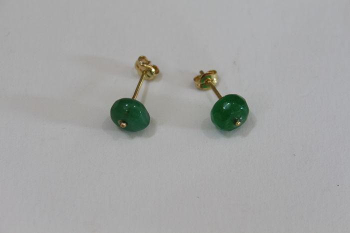 Ladies Earrings in 18kt  gold, with two Emeralds measuring  5 x 5 mm
