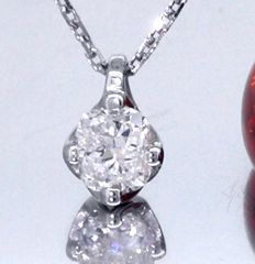 Solitaire pendant with a 0.45 ct cushion cut diamond *** No reserve price ***
