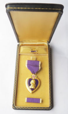 American Purple Heart medal in Coffin type case and two batons-Lock Brooch (1943 type!). Complete set-WW2.