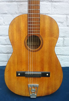 Old handcrafted Spanish guitar JOSE MAPAS Y MAPAS