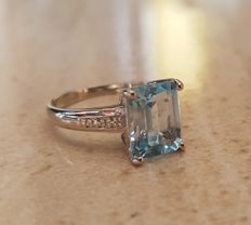 A classic blue topaz ring in a distinguished sky blue colour