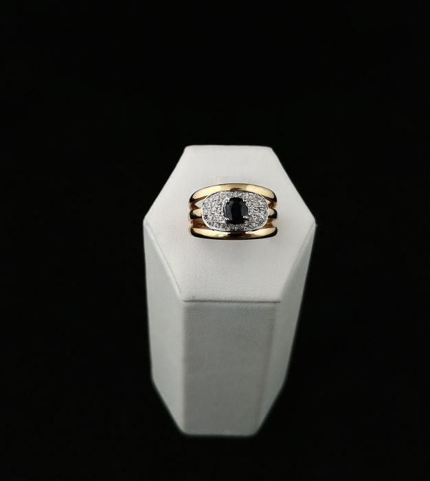 Band ring, made in Italy, in 18 kt gold with sapphire and diamonds – Italy – 15 (EU size, adjustable).