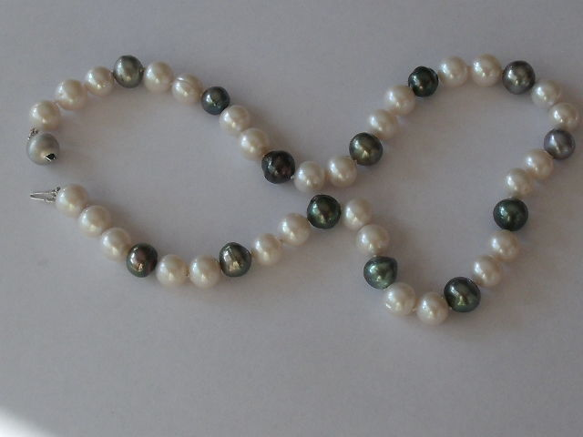 Pearl necklace with Tahiti pearls and a 14 kt gold clasp, 46 cm