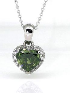 14 kt White gold pendant with heart-shaped fancy intense olive green diamond of 0.60 ct & 16 diamonds of 0.15 ct in total – 41 cm