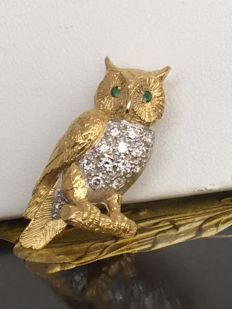 Marvellous 18 kt yellow gold brooch of an owl with eyes of emerald and diamonds 0.26 ct G/VVS