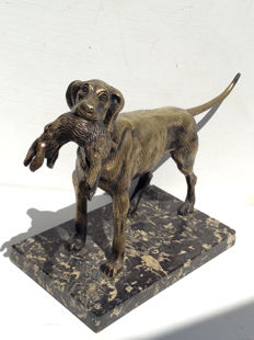 Art Deco : Hound with prey – bronze-coloured zamak on marble-