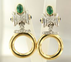 18 kt bi-colour gold dangle earrings set with emeralds, sapphires and brilliant cut diamonds, height 4.3 cm, width 2.2 cm