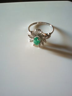 Ring with natural emerald and diamonds. No reserve.